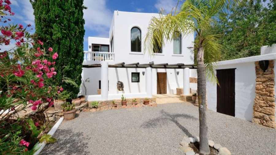 Volledig gerenoveerd Luxue mediterrane stijl villa te koop.