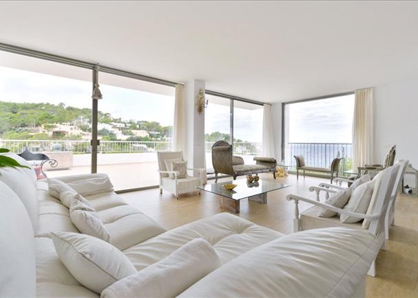 Minimalistische luxe villa met uitzicht op de zonsondergang