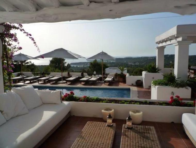 Villa in de buurt van Cala Tarida met een prachtig uitzicht