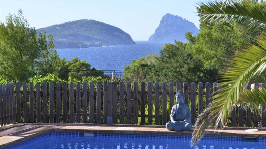 Charmant huis dicht bij het strand met uitzicht op zee te koop