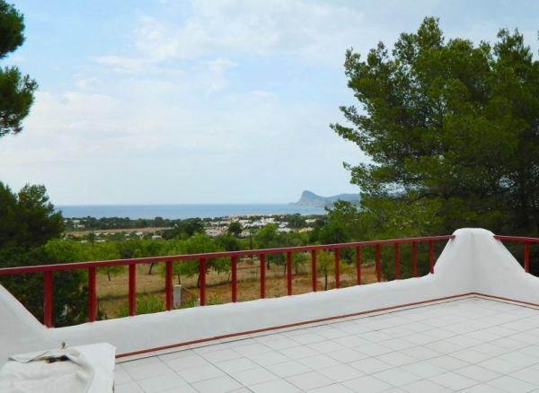Huis met 5 appartementen met uitzicht op zee en een groot zwembad