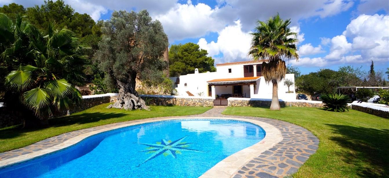 Onlangs gerenoveerde huis met historische toren in de buurt van Ibiza stad