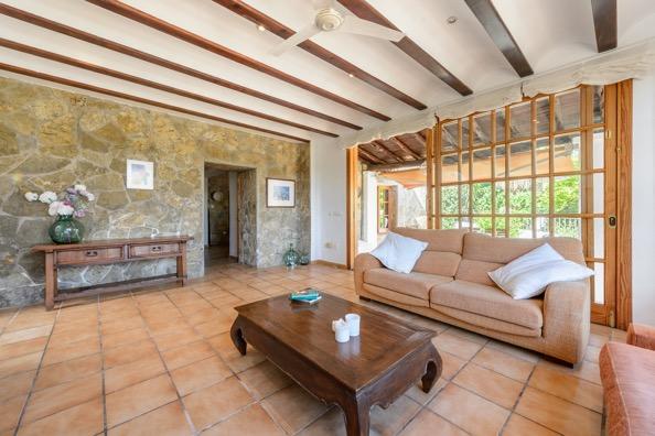 Rustieke villa met 10.000 m2 grond met toeristenvergunning