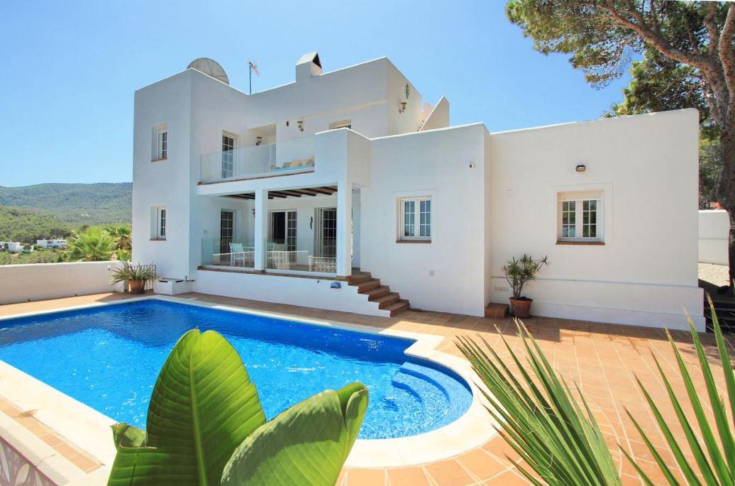 Modern huis in Ibizische stijl op loopafstand van het strand