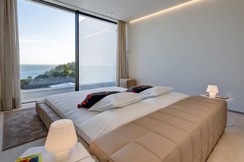 Minimalistische villa met prachtig uitzicht op zee in het populaire gedeelte van Es Cubells