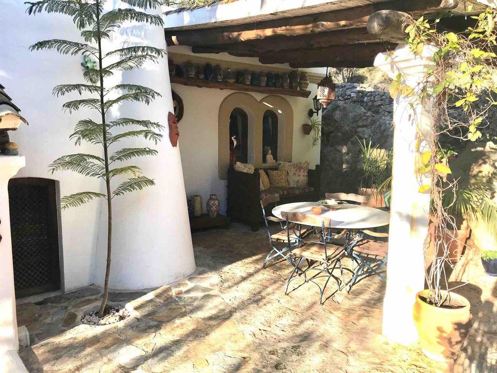 Mooie finca in Santa Eulalia met volwassen mediterrane tuinen