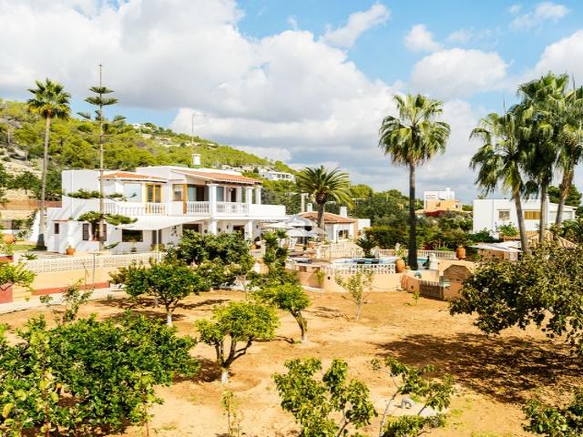 Ruime villa met 5 slaapkamers te koop in de buurt van Ibiza met mooie uitzichten