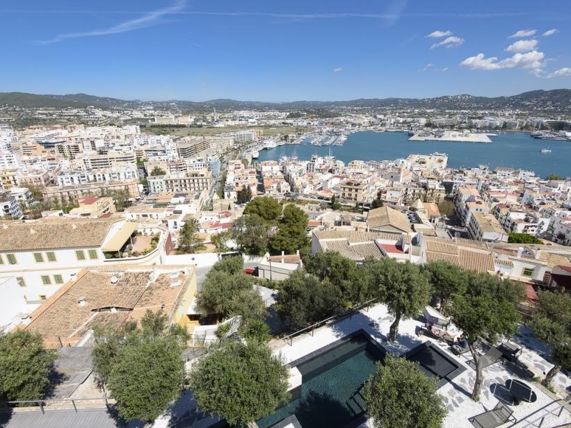 Groot gerenoveerd appartement met uitzicht op Ibiza, de haven en het kasteel