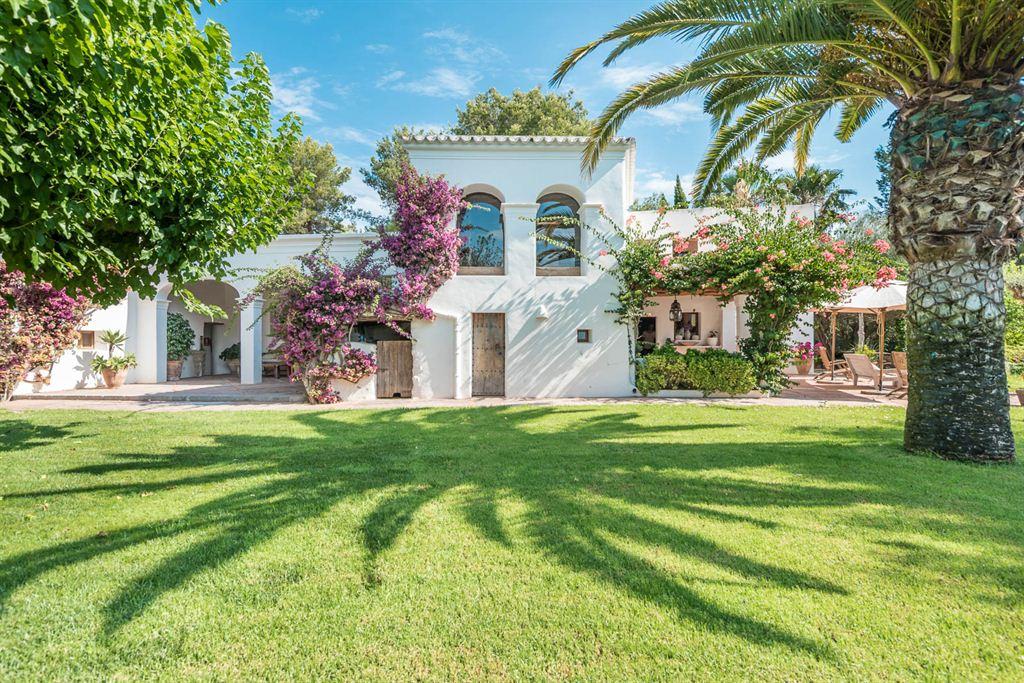 Prachtige finca op Ibiza San Lorenzo met groot zwembad en prachtige tuin