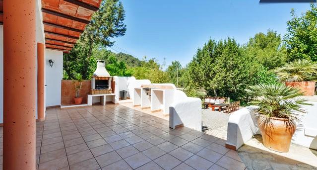 Geweldige villa met zwembad en tuin in Cala conta te koop