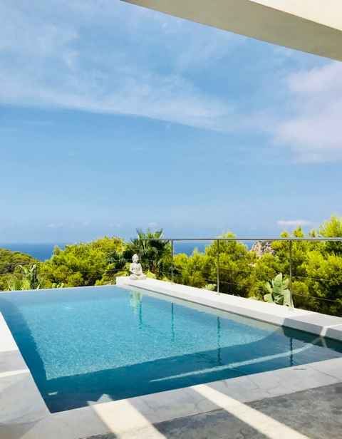 Mooie villa met zeezicht in Cala Salada te koop