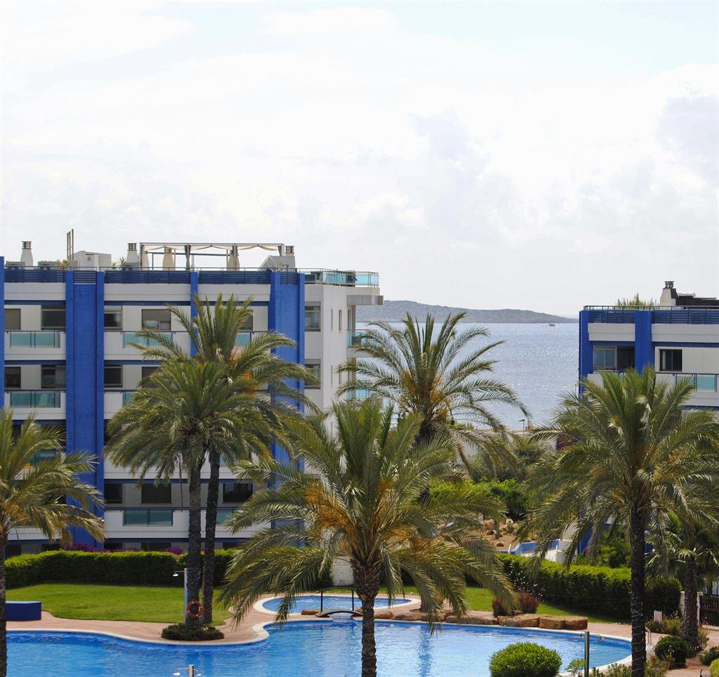 Penthouse in perfecte staat dicht bij het strand in Santa Eulalia met gedeeltelijk uitzicht op zee