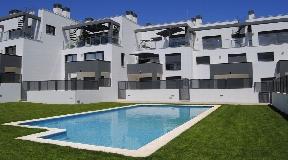 Licht nieuwbouw duplex appartement op de begane grond met terras en balkon in Siesta