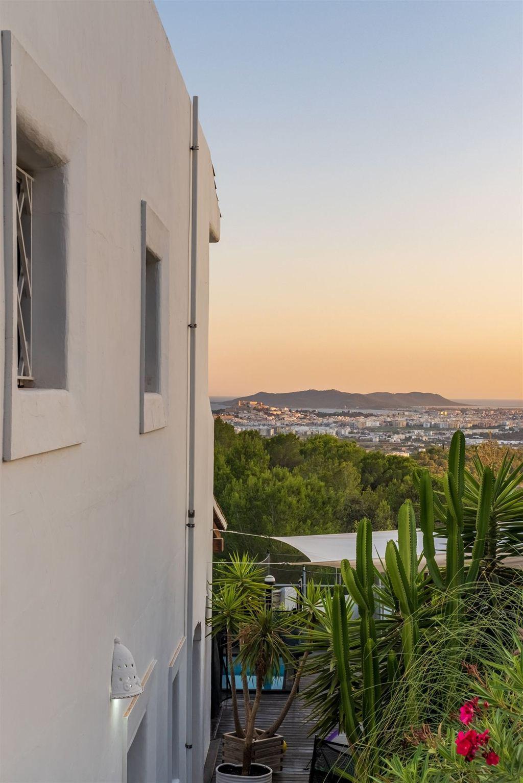 Goed gelegen huis gebouwd op een heuvel van Can Furnet met een fantastisch uitzicht op zee en Dalt Vila
