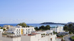 Ruim appartement in Talamanca te koop met solarium met prachtig uitzicht
