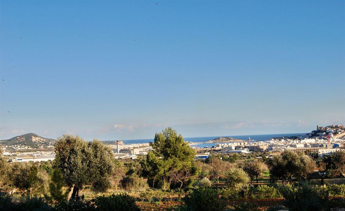Zeer mooi perceel met vergunning en een fantastisch uitzicht op de zee en Ibiza