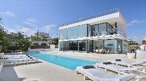 Villa is in minimalistische stijl te koop in de buurt van Ibiza met huurlicentie