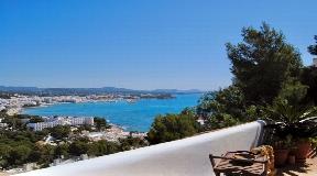 Zeer gezellig herenhuis op rustige locatie met groot terras en uitzicht op zee