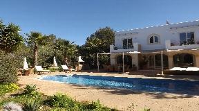 Mooi huis met 4 slaapkamers en gastenverblijf met 2 slaapkamers te koop in Porroig