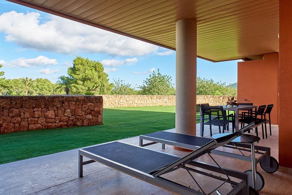 Appartement op de begane grond in Roca Llisa met grote tuin