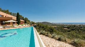 Ruime villa is gelegen op de top van een berg nabij KM3