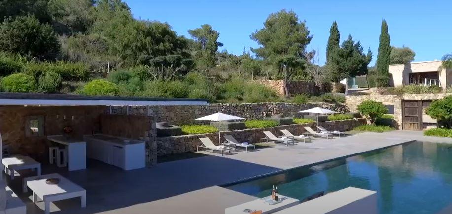 Mooie moderne villa van 450 m2 met rustieke ondertoon en prachtig uitzicht