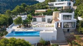Moderne gerestaureerde villa in Cala Moli met fantastisch uitzicht op zee