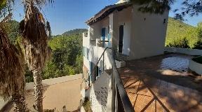 Zeer rustige woning gelegen op 10 minuten van Ibiza stad met veel privacy
