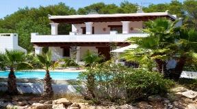 Prachtige villa is ideaal gelegen tussen Santa Gertrudis en San Lorenzo