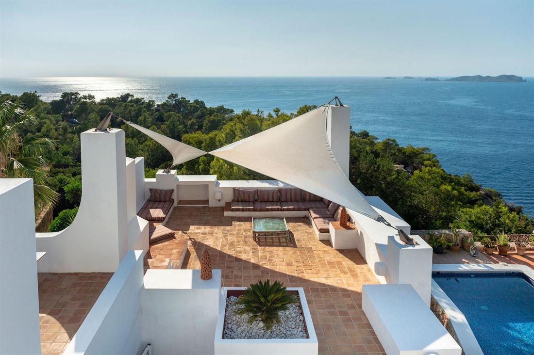 Onlangs gerenoveerde eerstelijnsvilla met uitzicht op de zonsondergang op zee