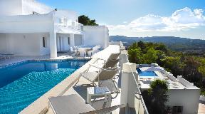 Zeer grote villa op een bevoorrechte locatie op een heuvel met een adembenemend uitzicht in Can Furnet