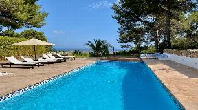 Moderne luxe villa hoog op een heuvel met uitzicht op Ibiza-stad