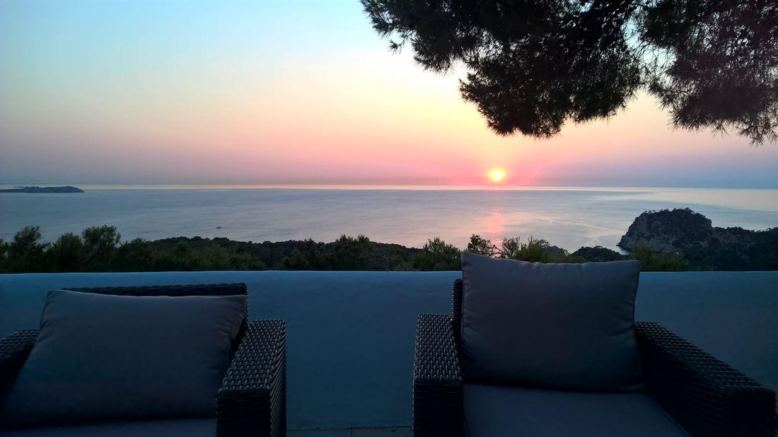Villa op een heuvel met een uniek panoramisch uitzicht op zee met zonsondergang