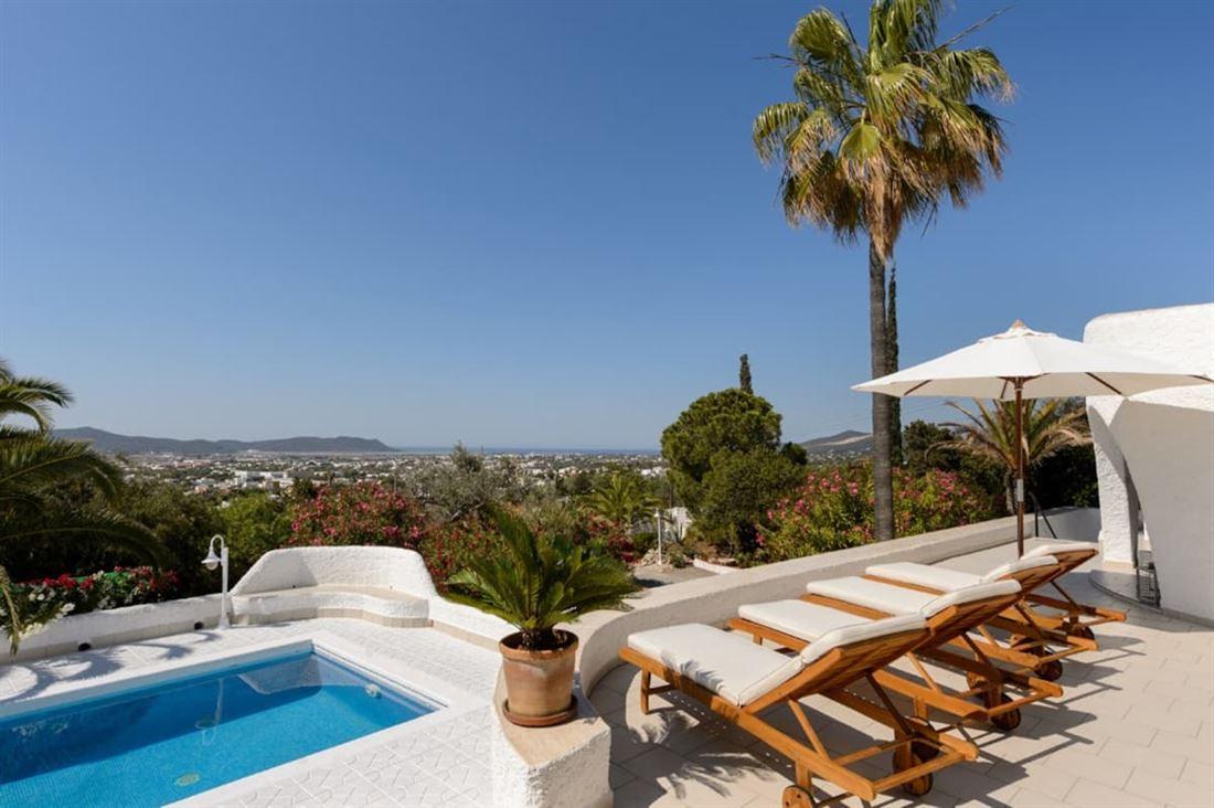 Prachtige gerenoveerde villa op Ibiza met vrij uitzicht op zee op Ibiza