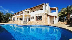 Geweldige ruime villa met een hoofdgebouw en twee onafhankelijke appartementen dicht bij Ibiza-stad